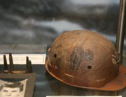 Kask jednego z zabitych górników w Muzeum Izbie Pamięci KWK Wujek.