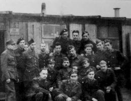 """Po kapitulacji Powstania """"Antek"""" (drugi od prawej w środkowym rzędzie) został wywieziony najpierw do obozu w Pruszkowie, a później w głąb Niemiec, w Altengrabow, gdzie zastało go amerykańskie wyzwolenie. Zdjęcie z książki """"Powstańcy""""."""