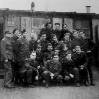 """Po kapitulacji Powstania """"Antek"""" (drugi od prawej w środkowym rzędzie) został wywieziony najpierw do obozu w Pruszkowie, a później w głąb Niemiec, do Altengrabow, gdzie zastało go amerykańskie wyzwolenie. Zdjęcie z książki """"Powstańcy""""."""