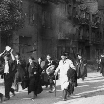 Powstanie było momentem próby także dla wieloletnich małżeństw. Na zdjęciu cywile opuszczający Wolę.