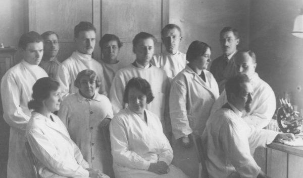 Rudolf Weigl (z prawej) ze współpracownikami w lwowskim laboratorium. Na zdjęciu widoczna jest również jego żona, Zofia.