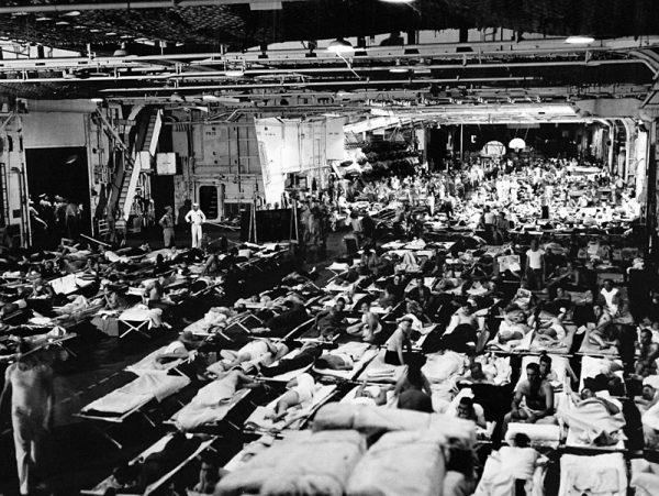 """Wracający do USA żołnierze na pokładzie lotniskowca USS """"Enterprise"""""""
