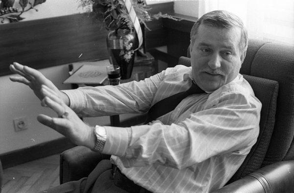 """Wałęsa krytykował rząd Mazowieckiego i wypowiedział słynne słowa: """"potrzeba prezydenta z siekierą: zdecydowany, ostry, nie certoli się""""."""