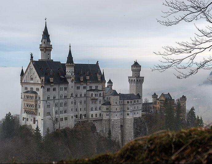Neuschwanstein to najsłynniejszy z baśniowych zamków szalonego monarchy.