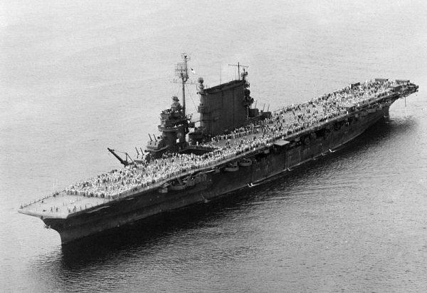 """Okręt USS """"Saratoga"""" w ciągu całej operacji przetransportował do Stanów niemal 30 tysięcy żołnierzy."""