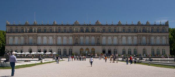 Pałac na wyspie Herrenchiemsee miał być ulepszoną, bo... większą wersją Wersalu.