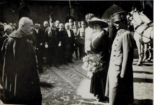 Prezydent Krakowa Juliusz Leo wita cesarza Austro-Węgier Karola I Habsburga z żoną w Krakowie w 1917 roku