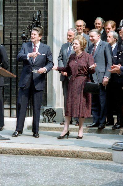 Margaret Thatcher przed domem przy Downing Street 10.