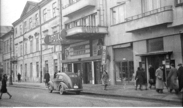 Warszawiacy spędzający święta poza domem mogli np. wybrać się do kina (na zdj. nieistniejące kino Apollo, wcześniej kino Napoleon, na placu Trzech Krzyży 2).
