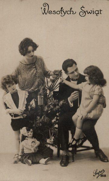 Lokalna prasa podsuwała pomysły na prezenty (na il. bożonarodzeniowa kartka z międzywojnia).