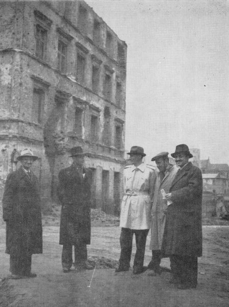 Aleksander Gieysztor (drugi z lewej) z grupą historyków i architektów na Starym Mieście w Warszawie