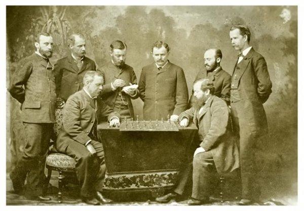 Pierwszym oficjalnym mistrzem świata w 1886 roku został Wilhelm Steinitz.