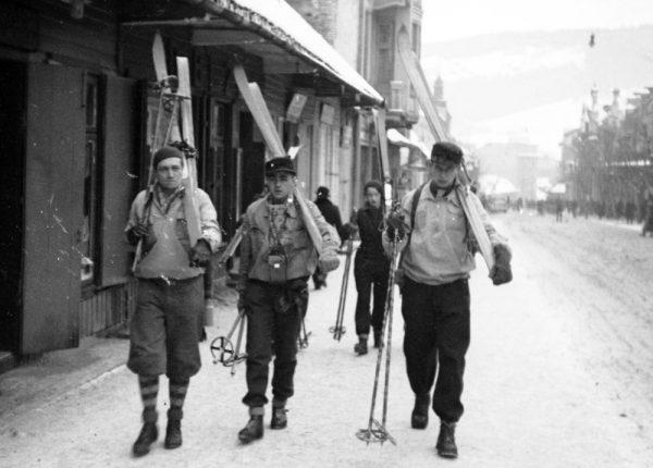 W drugim dziesięcioleciu XX wieku narciarstwo stało się w Polsce narodową modą