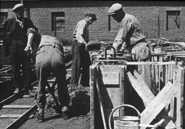 Fabryka Anorgana była częścią koncernu IG Farben. Tak jak w zakładach w Auschwitz (na zdj.) wykorzystywano w niej do przymusowej pracy więźniów pobliskiego obozu.