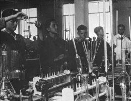 Koncern IG Farben w fabrykach m.in. w Brzegu Dolnym i Auschwitz (na zdj.) produkował broń chemiczną.