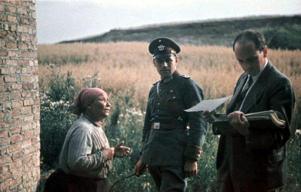 Romka w towarzystwie funkcjonariusza Ordnungspolizei oraz psychiatry Roberta Rittera
