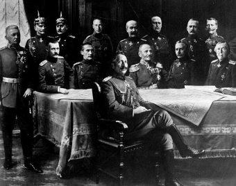 Cesarz Wilhelm II marzył o pokonaniu Amerykanów w wojnie u wybrzeży USA (na zdj. w otoczeniu generałów).