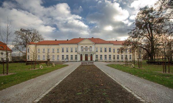 """Większość radzieckich żołnierzy nawet nie zauważyła niemieckiego kontrnatarcia, bo """"zatracili się w zabawie"""", uczestnicząc w libacji w niedalekim pałacu rodziny von Hoym."""