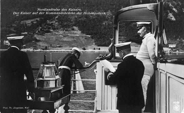 Zaczęło się od cesarza Niemiec Wilhelma II. Ten ambitny do granic możliwości, zapatrzony w wielkość II Rzeszy i z rozmachem realizujący swoją Weltpolitik władca od zawsze marzył o stworzeniu potężnej floty.