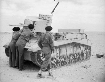 Dudley Clarke był pomysłodawcą wielu zaskakujących sztuczek, za pomocą których Brytyjczycy wywodzili Niemców w pole podczas II wojny światowej (na zdj. brytyjscy żołnierze z atrapą czołgu na pustyni w Afryce Północnej).