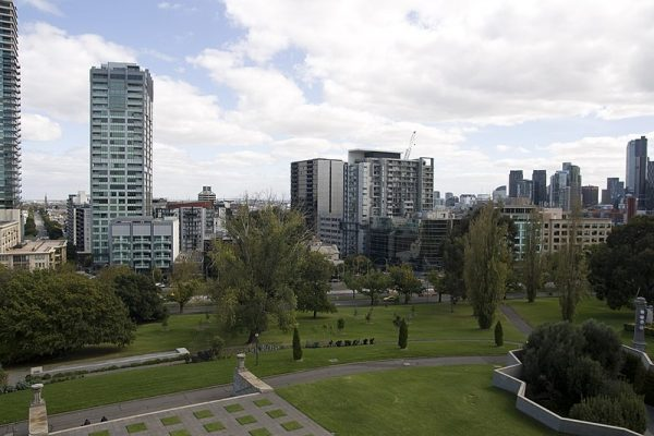 Przez dwanaście lat – od 1998 do 2010 roku – w Melbourne, w podobny sposób życie straciło trzydzieści sześć osób z półświatka. Pomiędzy miejskimi gangami trwała krwawa wojna o wpływy i narkotykowy rynek