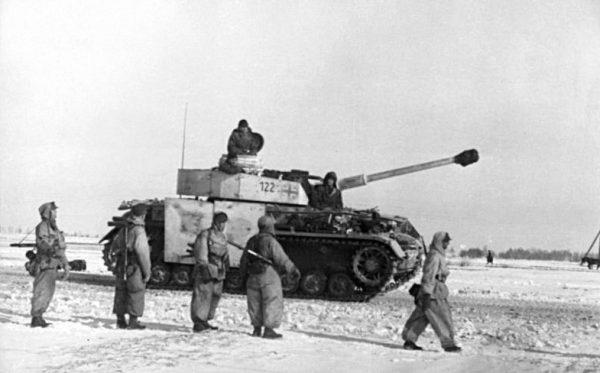 Niemiecka piechota oraz czołg PzKpfw IV w styczniu 1944 roku