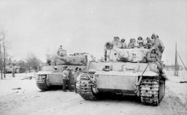 Niemieckie czołgi PzKpfw VI Tiger należące do III Korpusu Pancernego z piechotą na pancerzach