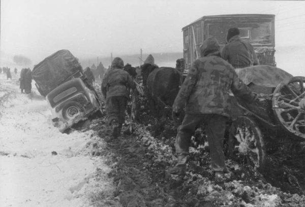 """Ostatecznie jednak Niemcom udało się zbudować kilka prowizorycznych przepraw, przez które wojsko przeszło """"suchą stopą"""". Przewieziono też na chłopskich wozach 600 rannych."""