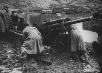 Radzieccy żołnierze holujący działo artyleryjskie w błocie na pole walki