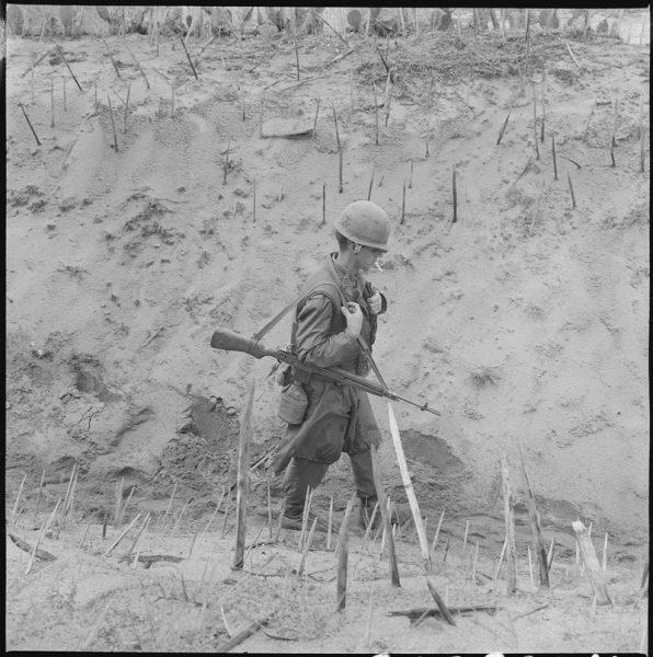 Kije punji mają starożytne pochodzenie. I tysiące lat temu, i w trakcie wojny wietnamskiej zaostrzone pale smarowano np. zgniłym mięsem lub ludzkim kałem, by u rannego człowieka dodatkowo wywołać infekcję.