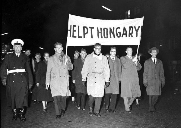 """Margot Honecker przypomniała, że tak postępowali """"towarzysze partyjni na Węgrzech w 1956 roku i zorientowali się w sytuacji, gdy już wisieli na latarniach""""."""