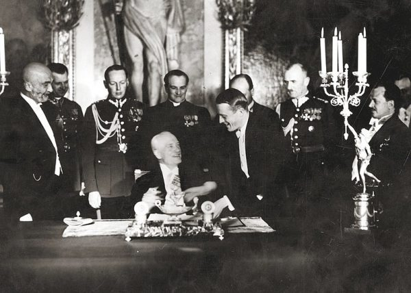 7 kwietnia 1938 roku ustawa trafiła do prezydenta Mościckiego, który bez zwlekania ją podpisał (na zdj. ceremonia podpisania przez prezydenta Ignacego Mościckiego konstytucji 1935 roku).