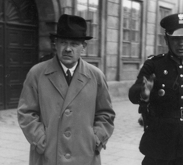 Stanisław Cywiński opuszcza gmach sądu po rozprawie.