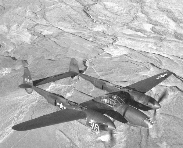 """Samoloty Lockheed P-38 Lightning (czyli """"Błyskawica"""") miały dwa kadłuby, w których mieściły się m.in. silniki i sprężarki. Pomiędzy nimi znajdowała się kapsuła z kokpitem pilota."""