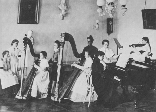"""Najbardziej ekskluzywnym oraz znanym ośrodkiem """"dla dobrze urodzonych panien"""" był Instytut Smolny w Petersburgu"""