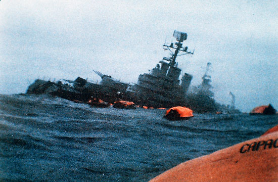 """W """"General Belgrano"""" trafiły dwie torpedy. Pierwsza trafiła w śródokręcie. Chwilę później druga urwała okrętowi dziób przed pierwszą wieżą działową. Okręt szybko zaczął przechylać się na lewą burtę."""