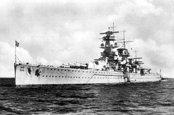 Po wstąpieniu do marynarki wojennej szkolił się na krążowniku Emden. Następnie, już jako oficer nawigator, pełnił służbę na pancerniku kieszonkowym Admiral Graf Spee.