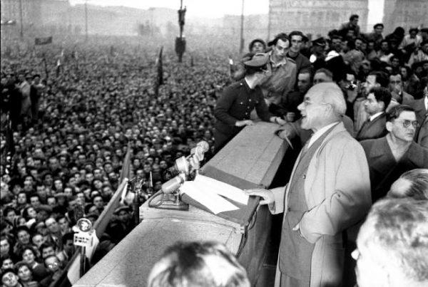 Poznańscy studenci odnieśli się także do doświadczeń po październiku 1956 roku, podkreślając, że dla osłony zdobytych przywilejów władza szafuje propagandowymi hasłami zamiast konsekwentnie realizować społeczne postulaty.