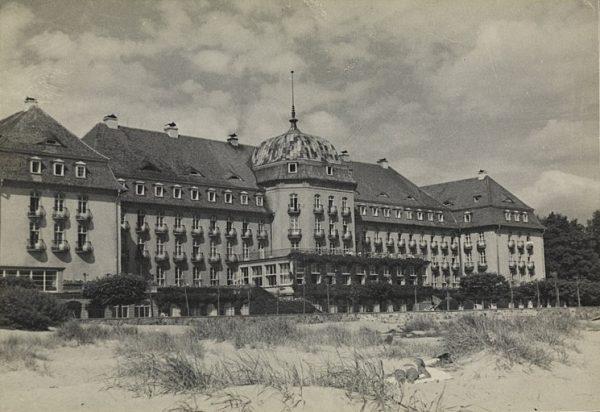"""Podczas jednej z takich mocnym trunkiem podlanych eksplozji nerwów w sopockim Grand Hotelu filmowiec wygłosił tyradę, obwiniając wojsko, a nawet sam hitlerowski reżim za niekończące się problemy z """"tytanicznym"""" projektem."""