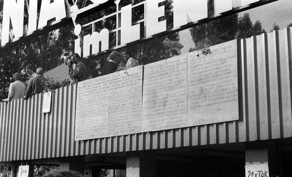 Tablice z 21 postulatami Międzyzakładowego Komitetu Strajkowego umieszczone na budynku portierni przy bramie nr 2 Stoczni Gdańskiej.