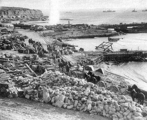 Bolesna nauczka przekonała ostatecznie dowództwo ententy, że do opanowania Dardaneli potrzebna jest piechota. Same okręty to za mało. Zbliżała się zatem nowa bitwa o… Gallipoli.