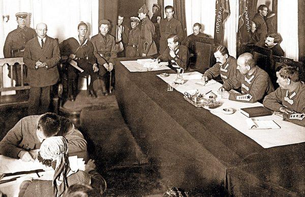 """W 1920 roku do Warszawy przyjechał Borys Sawinkow. Józef Piłsudski powitał go jako """"starego towarzysza"""" walki rewolucyjnej."""