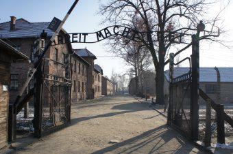 """Zżymamy się, gdy zagraniczni autorzy lekkim piórem opisują ważne dla nas sprawy. """"Polskie obozy koncentracyjne"""" to najbardziej jaskrawy przykład"""