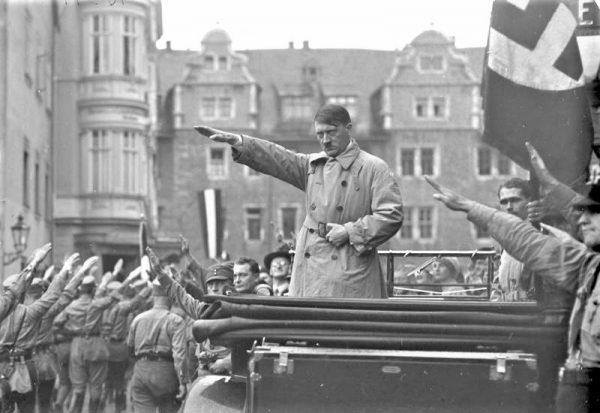 """Hitler chodził po sali i wygrażał Hessowi. """"Miejmy nadzieję, że wpadł do morza"""" – miał powiedzieć."""