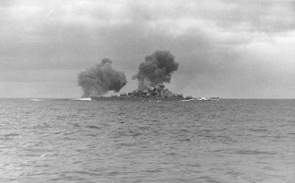 """""""Bismarck"""" w czasie bitwy"""
