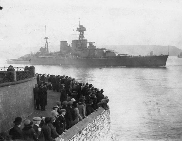"""Pierwszy kontakt z przeciwnikiem miał 25 września 1939 roku podczas zabezpieczenia powrotu do bazy uszkodzonego okrętu podwodnego HMS """"Spearfish""""."""