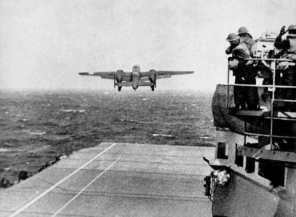 """18 kwietnia 1942 roku rozpoczął się tzw. """"Rajd Doolittle'a"""". Kierowana przez gen. Jimmy'ego Doolittle'a tajna operacja lotnicza miała jeden cel. Zbombardować Tokio."""