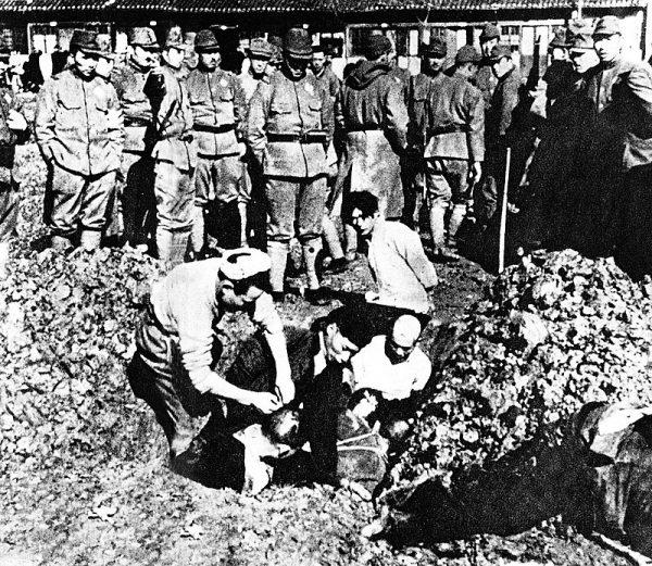 Japońscy żołnierze zakopujący żywcem chińskich cywili