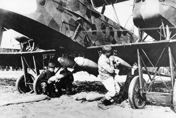 Zmuszona przez światowy konflikt do przestawienia się na inne nomen omen tory produkcji fabryka z Gotha zajęła się tworzeniem konstrukcji lotniczych, zwłaszcza bombowców.