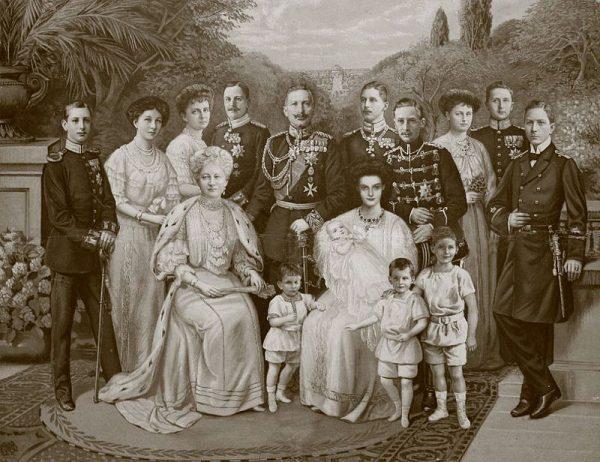 Kajzer był nawet zmuszony do ucieczki z kraju – otrzymał azyl w Holandii. Hohenzollernowie zostali zwykłymi obywatelami.